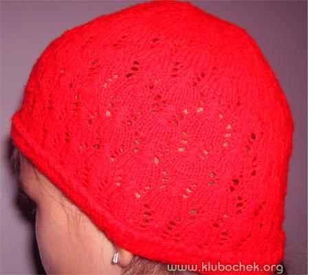 Красная ажурная шапочка понравиться маленьким модницам. Для вязания такой шапки потребуются тонкие акриловые нитки (35 г) и соответствующие спицы